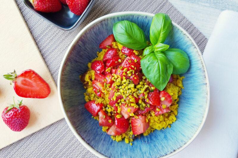 Sommerlicher Erdbeer-Couscous mit Basilikum