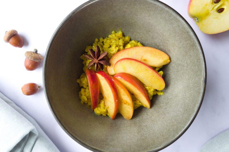 Kurkuma-Porridge mit Apfel