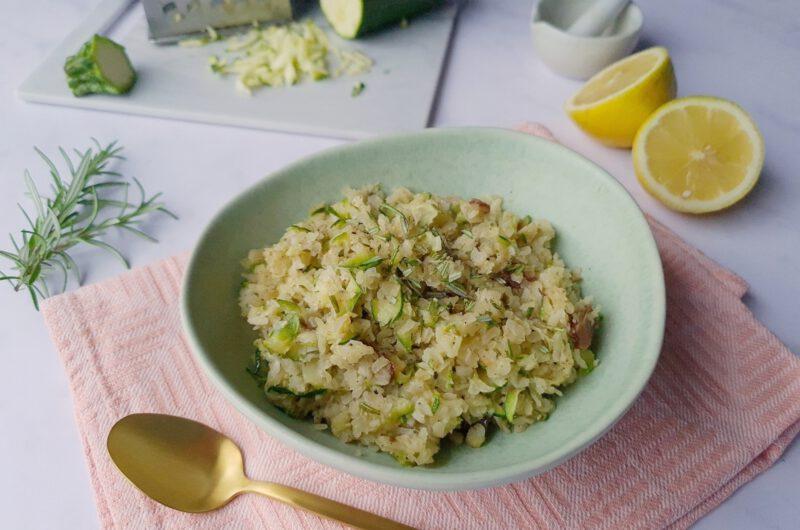 Porridge aus Reisflocken mit Zucchini und Rosmarin